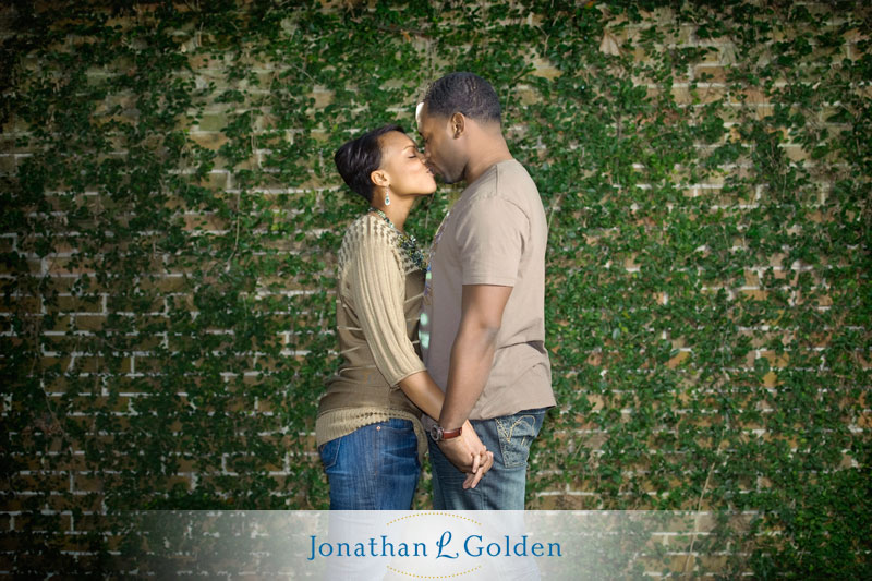 houston-engagement-pictures-couple-ivy-wall-rice-university